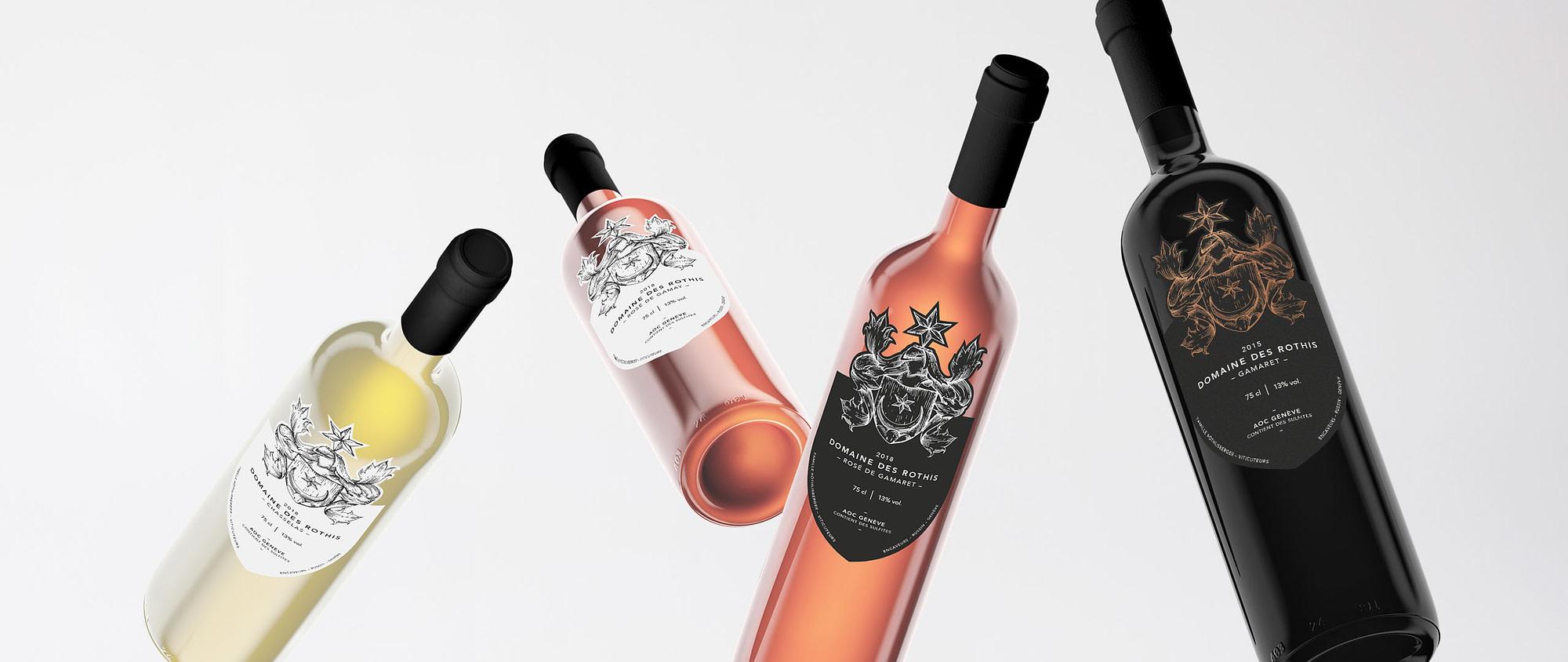 Photographie de quatre bouteilles de vin de la gamme des Domaines des Rothis.